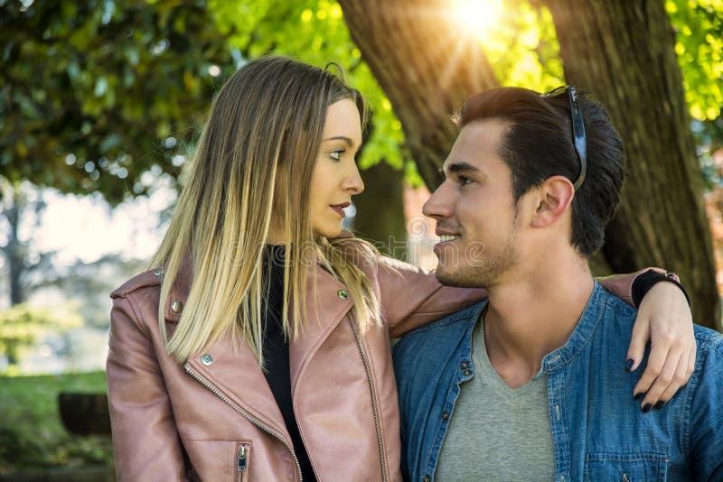 Novio y novia que se colocan que muestran amor romántico foto de archivo