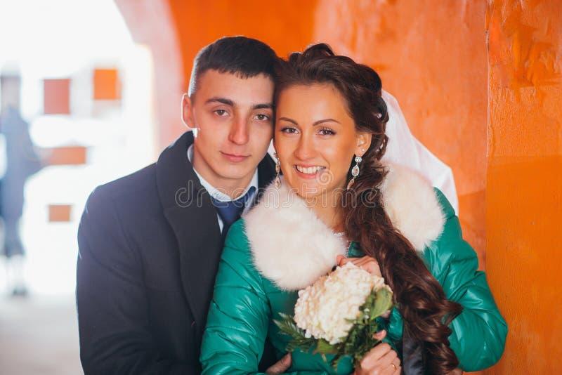Novio y novia románticos en su día de boda fotos de archivo