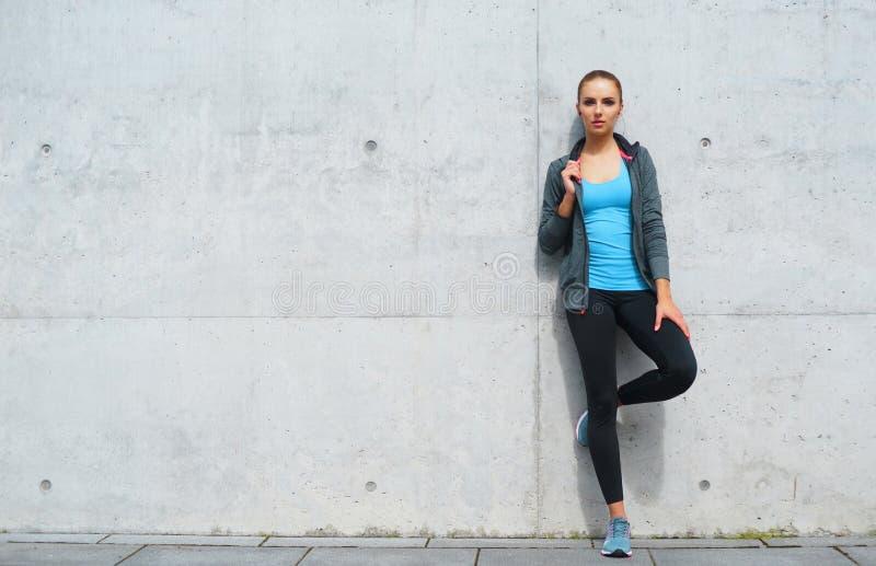 Novo, ajuste e menina moreno desportiva no sportswear Mulher que faz os esportes exteriores fotografia de stock royalty free