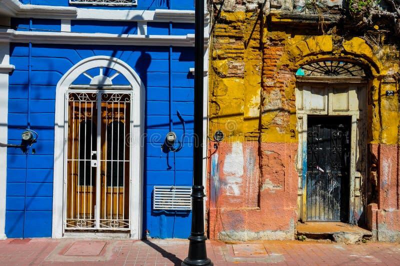 Novo contra o estilo colonial velho, Mazatlan, México foto de stock
