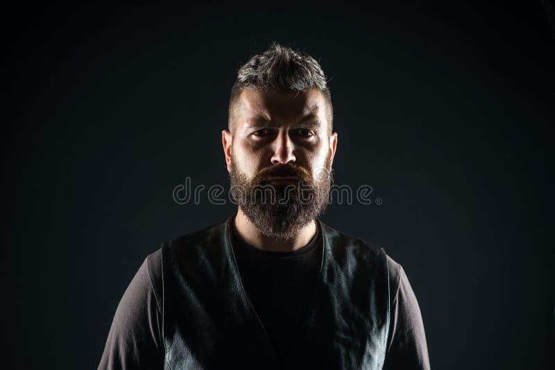 Novo e brutal Moderno maduro com barba Cuidado masculino do barbeiro Homem farpado Cuidado do cabelo e da barba Seguro e consider imagem de stock royalty free