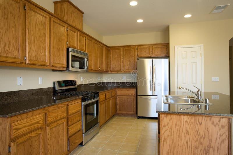 Novo ou remodele a cozinha residencial foto de stock