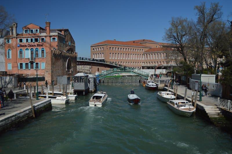 Novo River Canal In Santa Chiara With Nice Boats Sailing en Venecia Viaje, días de fiesta, arquitectura 28 de marzo de 2015 Venec foto de archivo libre de regalías