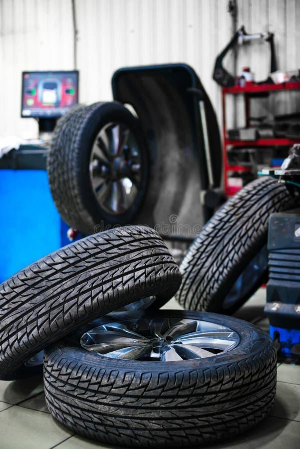 Novo roda dentro o pneu com uma profundidade de campo pequena foto de stock