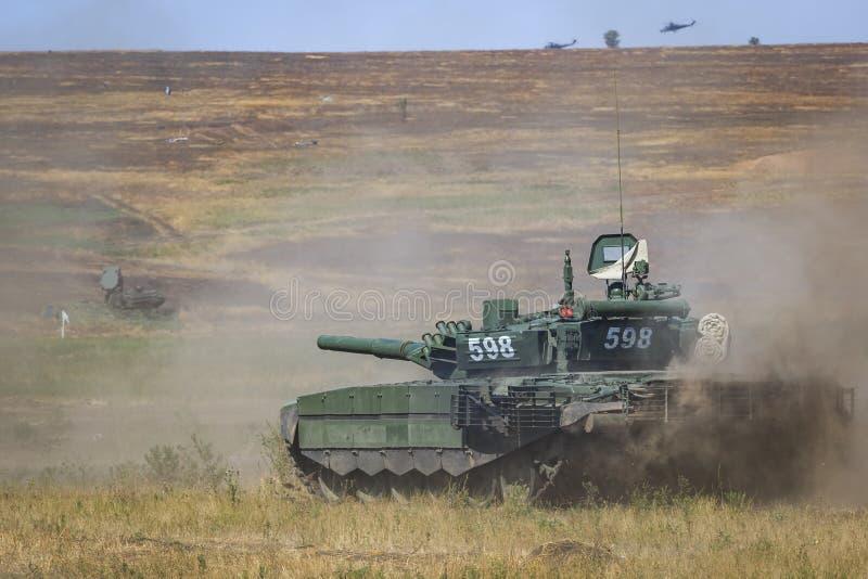 NOVOCHERKASSK, RÚSSIA, O 26 DE AGOSTO DE 2017: O tanque T-90 moderno do russo está movendo-se na terra de treino militar foto de stock