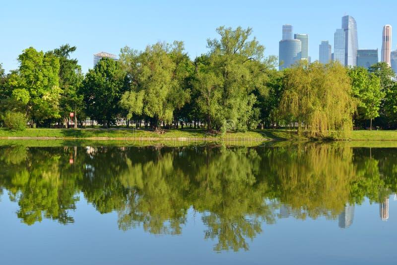Novodevichy池塘在莫斯科 农舍入口的镜象反射 免版税图库摄影