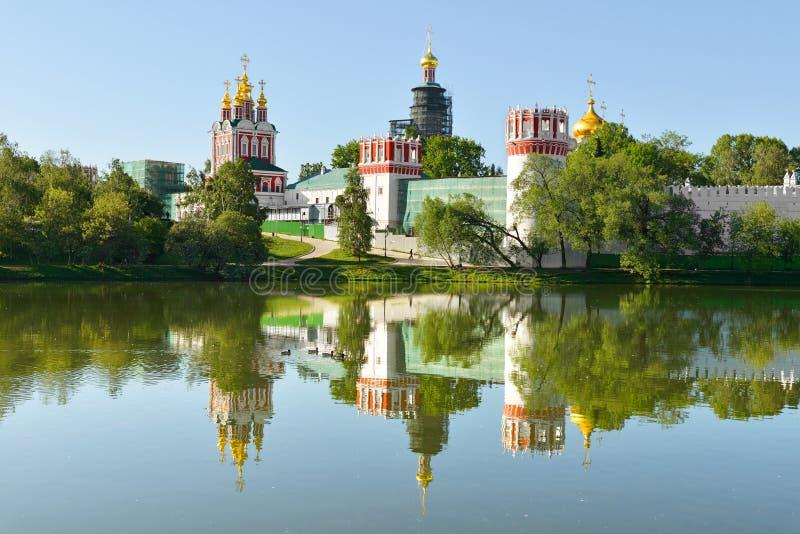 Novodevichy klasztor, także znać jako Bogoroditse-Smolensky monaster 1524 i jezioro moscow obraz stock