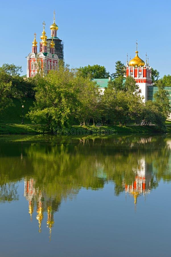 Novodevichy klasztor, także znać jako Bogoroditse-Smolensky monaster 1524 i jezioro moscow Rosji Odbicie zdjęcia royalty free
