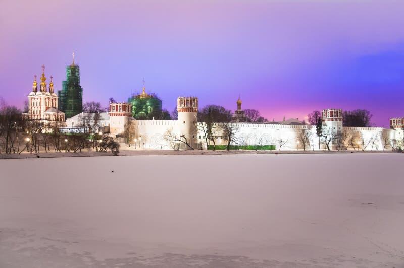 Novodevichy klasztor, także znać jako Bogoroditse-Smolensky widzieć od stawu przy nocą obraz royalty free
