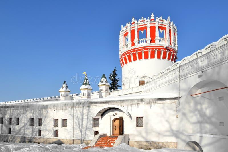Novodevichy kloster, också som är bekant som den Bogoroditse-Smolensky kloster Århundrade för Naprudnaya torn 17 moscow fotografering för bildbyråer
