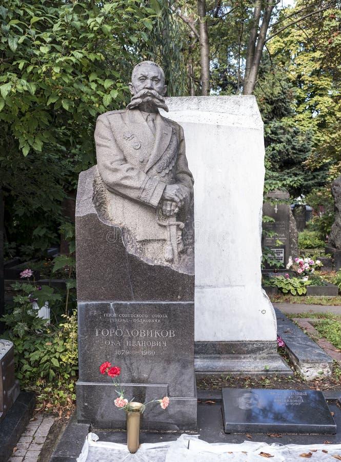 Novodevichye kyrkogård Grav till Överste-allmänna Gorodovikov arkivfoto