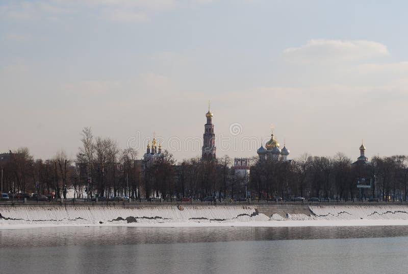 Novodevichyklooster en Moskva-de Rivierwinter in de zonnige dag royalty-vrije stock afbeelding