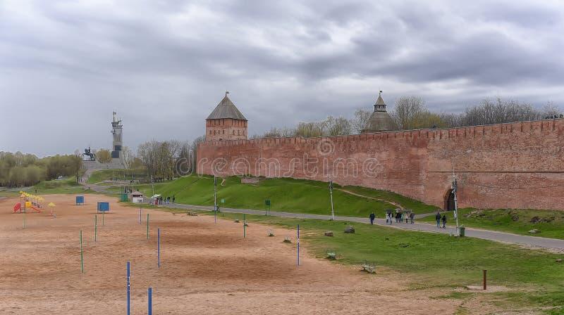 Novogorod der Kreml im Vorfrühling - Wände und Türme stockfotos