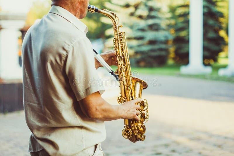 Novokuzneck, Rússia, 16 07 2017: jogos do saxofonista na rua imagens de stock royalty free
