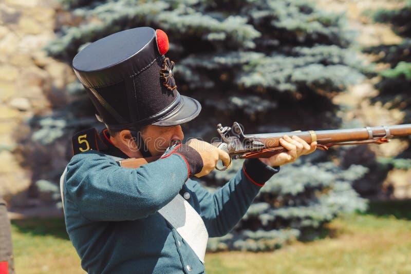 Novokuzneck, Rusland - 01 07 2018: mensen in oude militaire eenvormig royalty-vrije stock fotografie