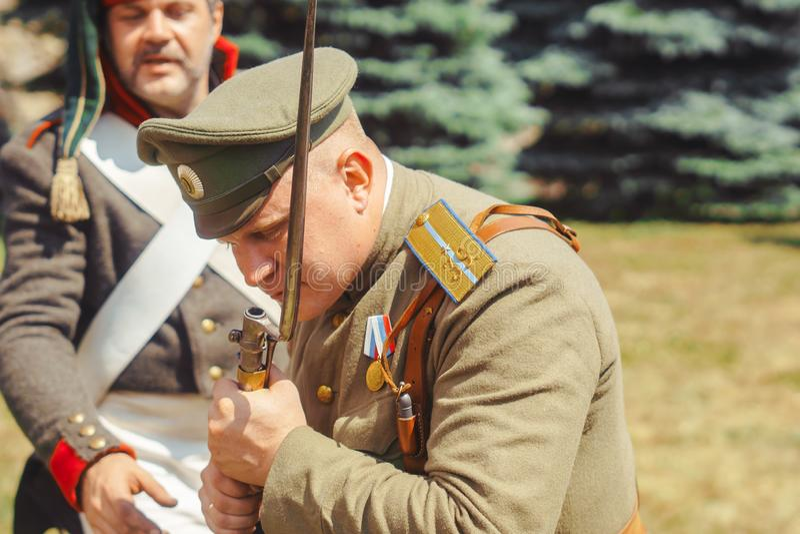 Novokuzneck, Rusland - 01 07 2018: mensen in oude militaire eenvormig royalty-vrije stock afbeelding