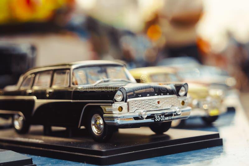 Novokuzneck Ryssland - 07 07 2018: leksakbilar på utställningen royaltyfria foton