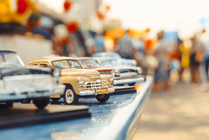 Novokuzneck Ryssland - 07 07 2018: leksakbilar på utställningen fotografering för bildbyråer
