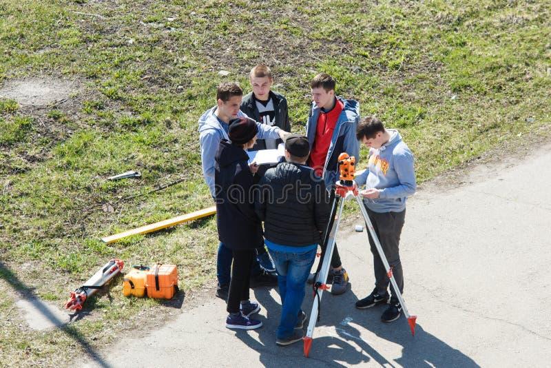 novokuznetsk Rusland 23 04 2019 Een groep studenten die de projectbouwers bespreken royalty-vrije stock foto's