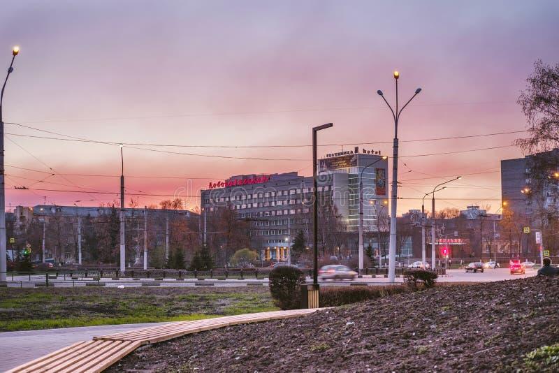 Novokuznetsk, Rusland, 4 Mei, 2019: Avondmening van de straten in Novokuznetsk, Rusland royalty-vrije stock afbeeldingen