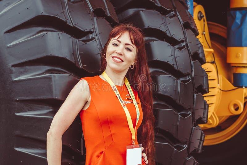 Novokuznetsk, Russie, le 5 juin 2018 une belle fille se tient pr?s d'une grande roue exposition d'?quipement photographie stock