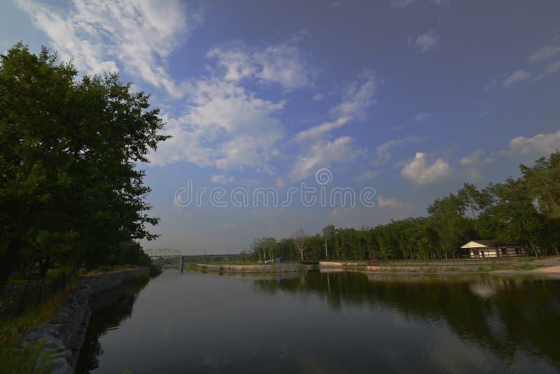 Novomoskovsk staden placeras främst på den högra banken av flodsamaraen arkivfoto