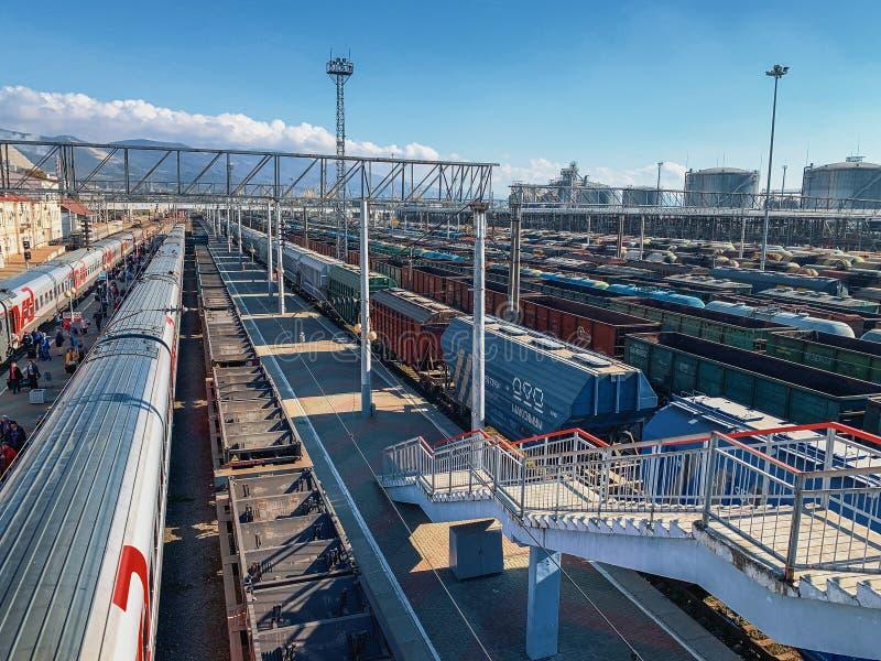 Novorossiysk, Россия - около ноябрь 2018: Много контейнеры и фур товарных составов груза на железной дороге или железнодорожном в стоковые изображения