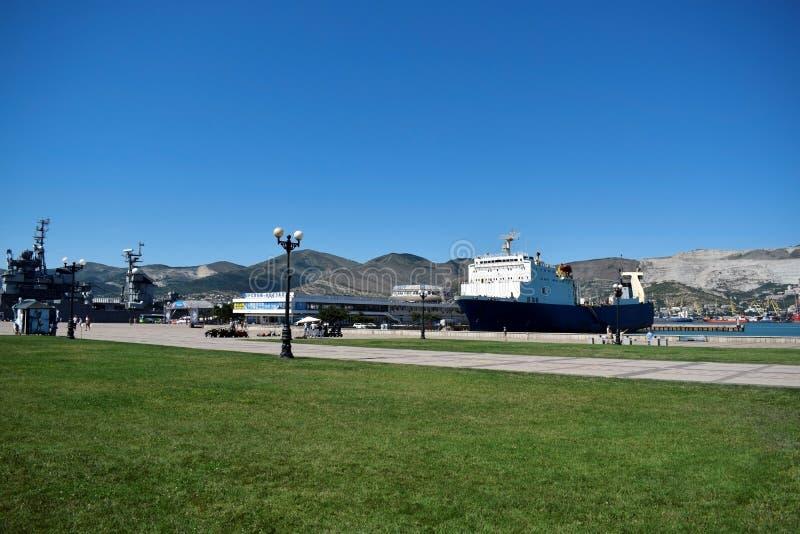 Novorossiysk, Rússia - 3 de julho de 2018: O navio da carga e de passageiro amarrou fotografia de stock royalty free