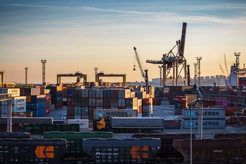 Novorossiysk, Rusia - circa febrero de 2019: Flete el puerto marítimo del transporte para las mercancías de la importación y de l fotografía de archivo libre de regalías