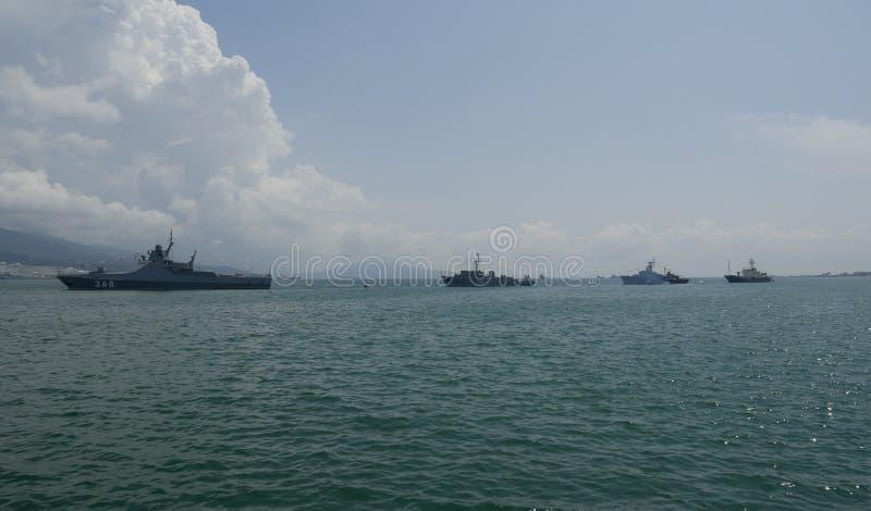 NOVOROSSIYSK, RUSIA - 29 DE JULIO DE 2018: Celebración del día de la marina de guerra rusa Naves militares del Novorossiysk naval imágenes de archivo libres de regalías