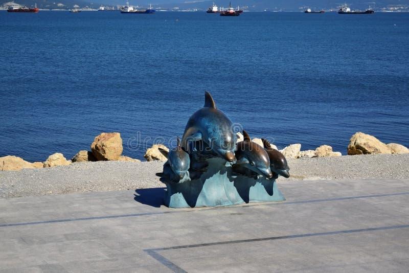 Novorossiysk, Rusia - 3 de julio de 2018: La escultura de bronce de delfínes en el terraplén imagen de archivo