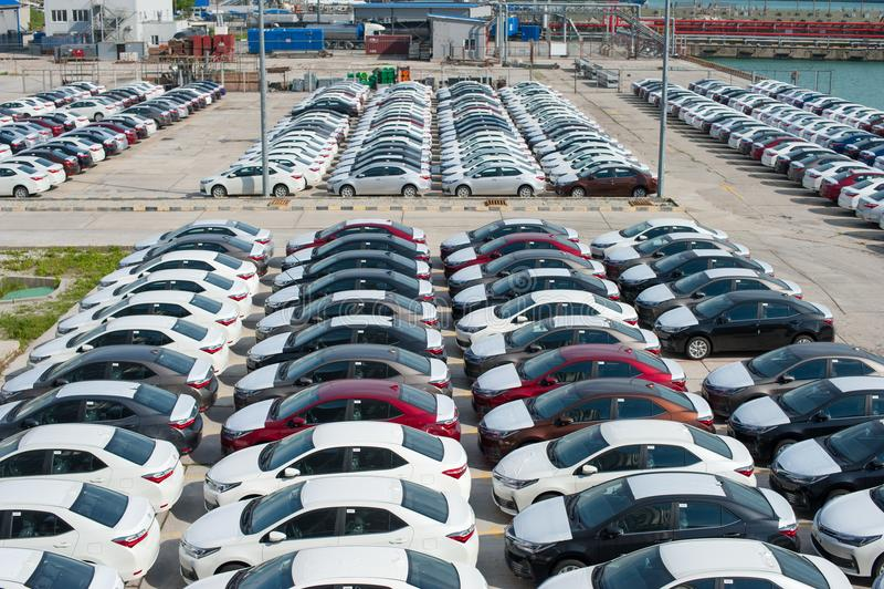 Novorossiysk, Rusia - mayo, 18, 2017: Muchos nuevos coches Toyota Corolla parquearon en el sitio para la venta Visión desde arrib fotos de archivo