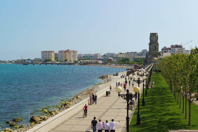 NOVOROSSIYSK, RUSLAND - MEI 08 2016: dijk van de stad van Novorossiysk met het wandelen van mensen royalty-vrije stock foto's