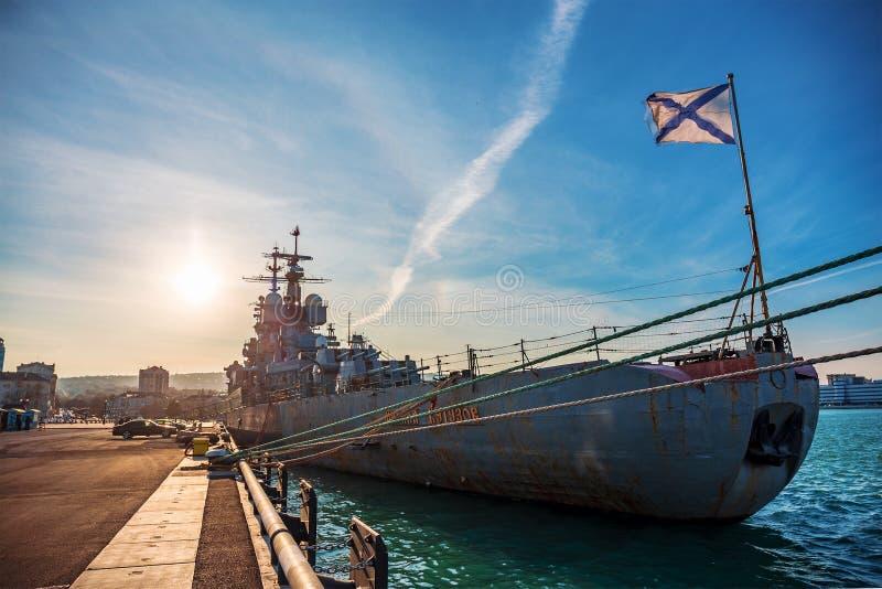 Novorossiysk, Russie - vers en février 2019 : Croiseur soviétique Mikhail Kutuzov près de remblai de Novorossiysk, Russie photos stock