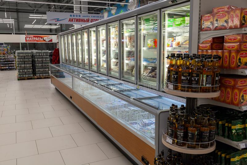 Novosibirsk, Ρωσία - 08 12 2018: Προθήκες μανάβικων με το ρ στοκ εικόνες