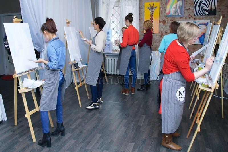 Novosibirsk 02-24-2018 Art Workshop Pittura acrilica della pittura matrice della classe su tela fotografia stock