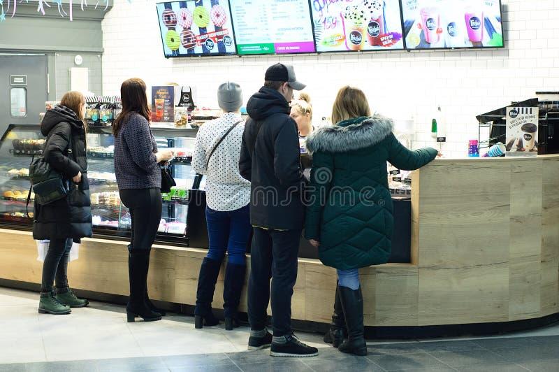 Novosibirsk 12-20-2018 Povos na janela no fast food da pastelaria do café fotos de stock