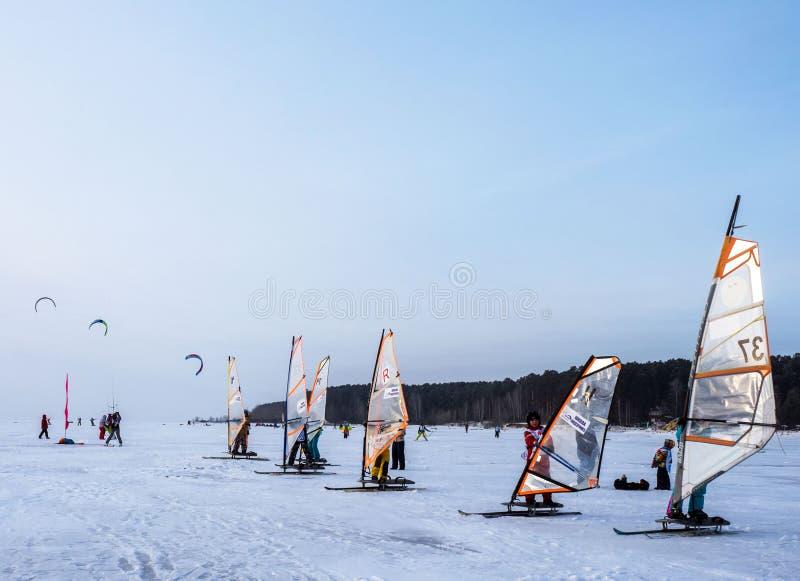 NOVOSIBIRSK, RÚSSIA - 6 DE DEZEMBRO DE 2017: As crianças estão preparando-se para o começo da competição kitesurfing fotografia de stock