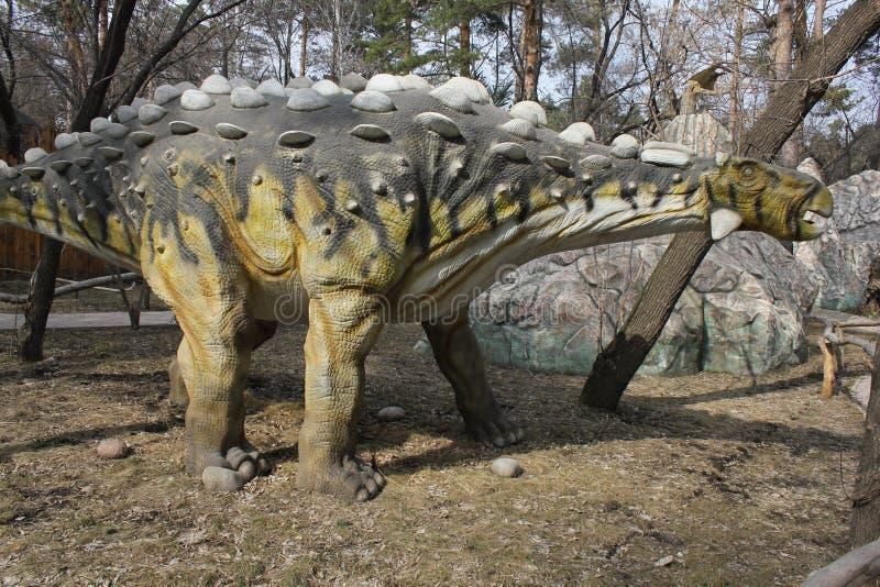 NOVOSIBIRSK ROSJA, APR, - 16: Realistyczny model dinosaur przy Dinopark w zoo na Apr 16, 2016 w Novosibirsk zdjęcia stock