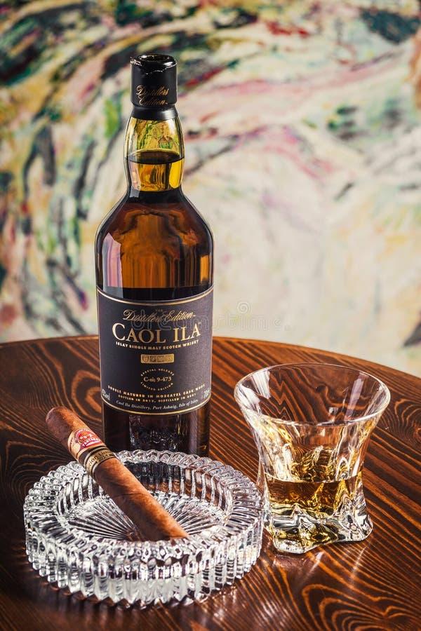 Novosibirsk, Rusia - 7 de abril de 2017: Ila solo Malt Whisky de Caol fotografía de archivo