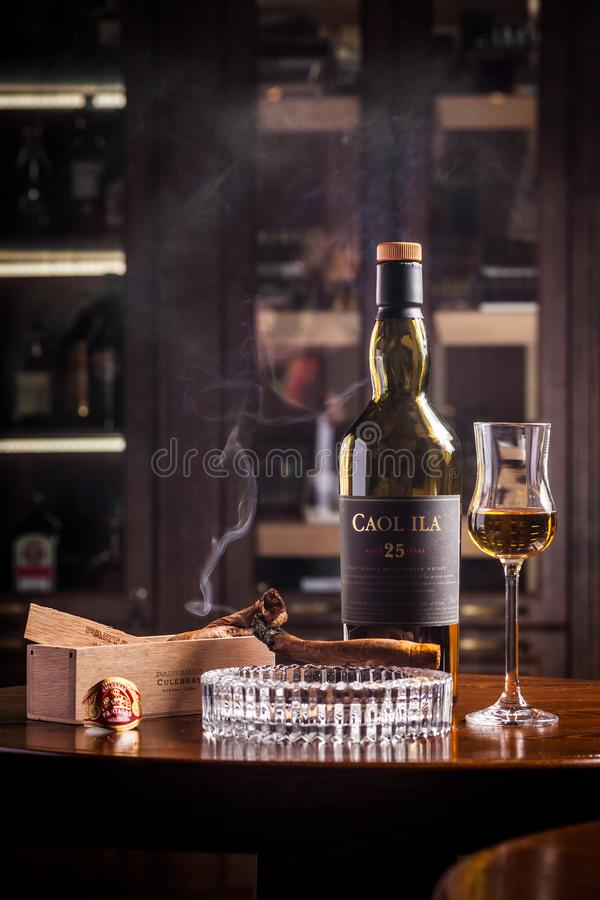Novosibirsk, Rusland - April 07, 2017: Caolila Enig Malt Whisky royalty-vrije stock foto's