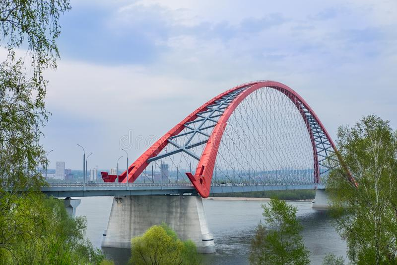 Novosibirsk, Rusland, 11 Mei, 2019: Bugrinskybrug over de Rivier Ob stock afbeeldingen