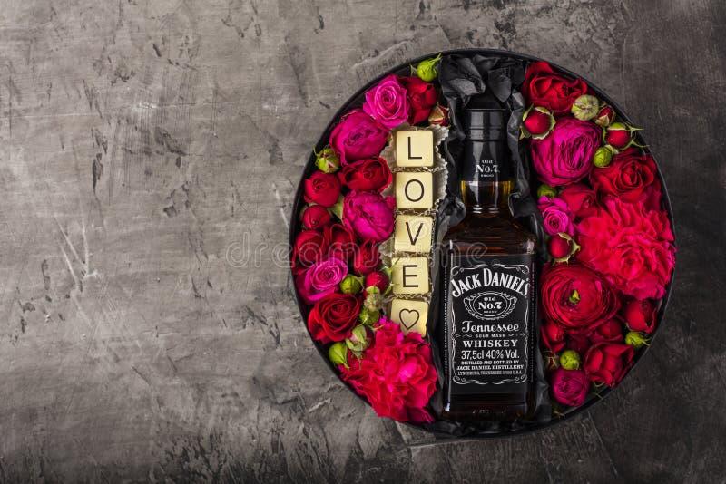 NOVOSIBIRSK, RUSSIE - 23 février 2018 - emballage cadeau de whiskey de JackDaniels Chocolat blanc belge avec l'amour d'inscriptio photos libres de droits