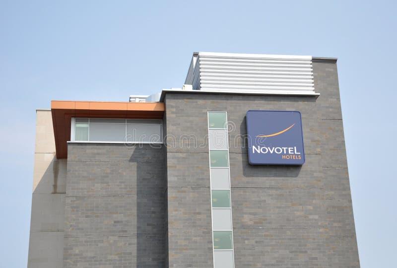 Novotel hotellsignage arkivfoton