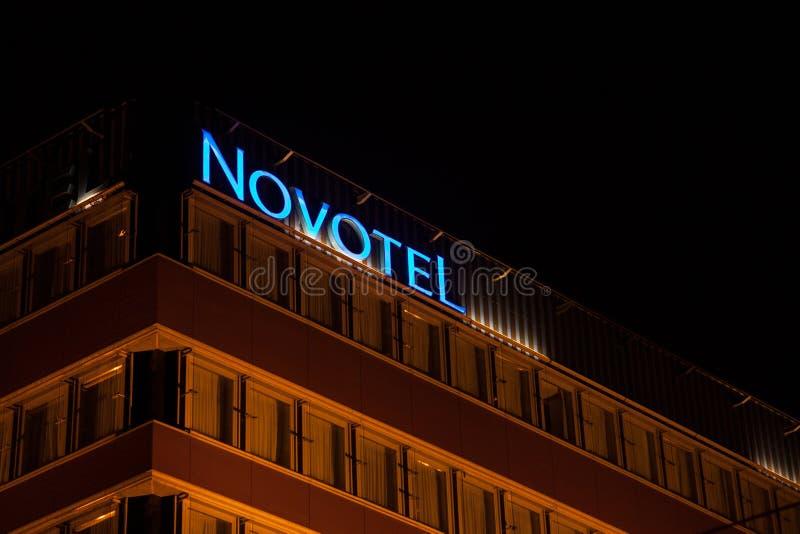 Novotel logo på deras huvudsakliga hotell för Ungern under aftonen Novotel är en hotellkedja av den Accorhotel gruppen arkivfoto