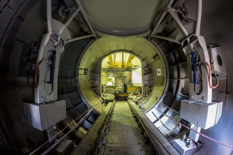 Novovoronezh, Rússia - 29 de outubro de 2014: A entrada do transporte a um reator nuclear para a substituição do combustível nucl foto de stock