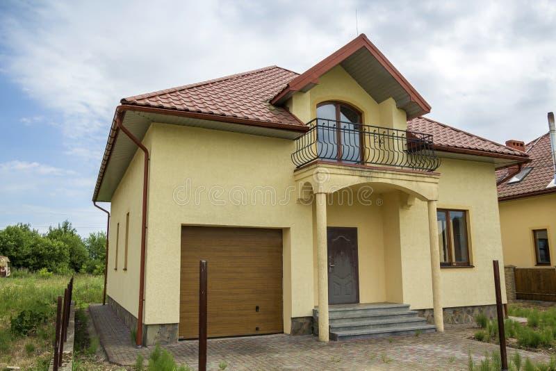 Nowa żółta dwupiętrowa mieszkaniowa chałupa z gontu dachem, fron obraz royalty free