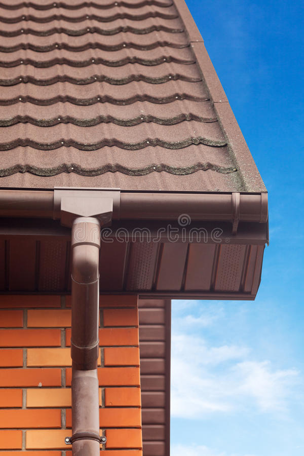 Nowa bielu deszczu rynna na dachu z Drenażowym systemem, Dryluje Pokrytą metal płytkę, klingeryt Popiera kogoś Soffits i okapy obrazy royalty free