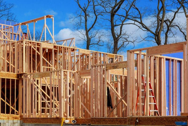 Nowa budowa dom Obramiał nową budowę Domowy budynek zdjęcie stock