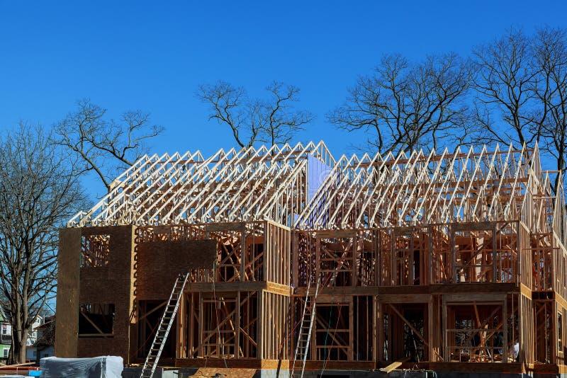 Nowa budowa dom Obramiał nową budowę Domowy budynek nowy dom od ziemi fotografia stock